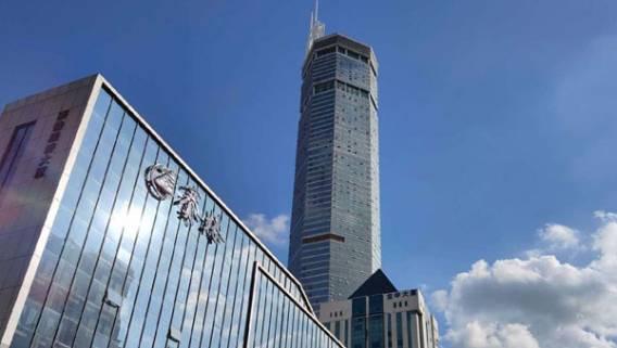 В Китае по неизвестной причине зашатался 300-метровый небоскреб, спровоцировав панику