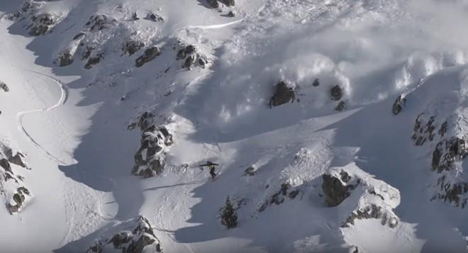 Это нужно увидеть: лавина чуть не убила лыжника