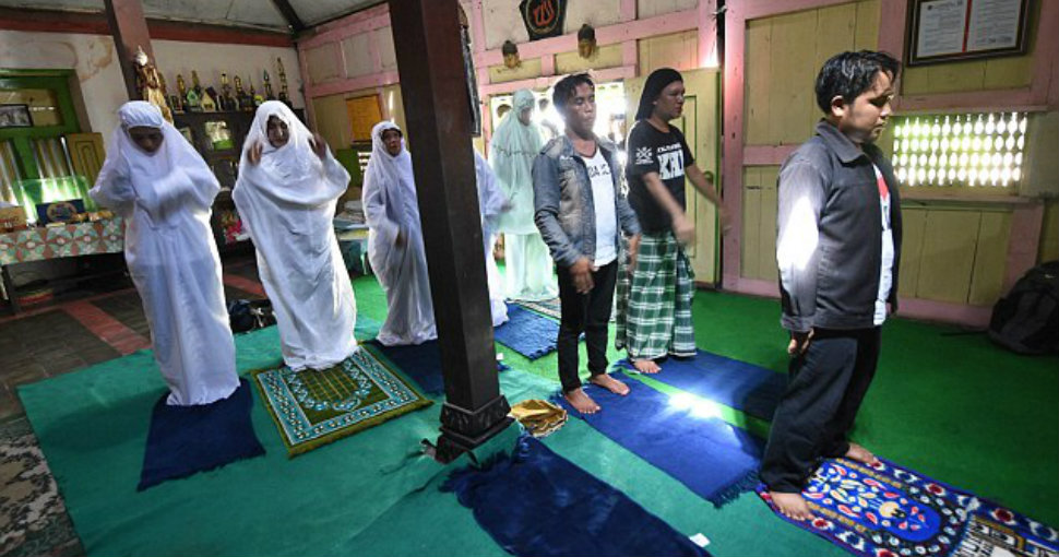 В Индонезии заставили закрыться мусульманскую школу-интернат для трансгендеров