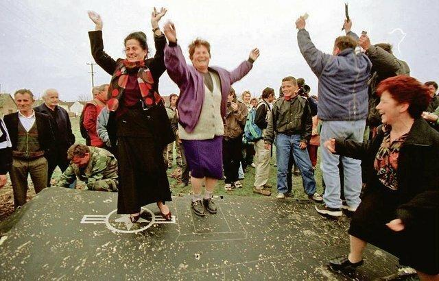 """6. Жители Сербии танцуют на крыле F-117 """"Найтхок"""", сбитого 27 марта 1999 года архив, исторические фото, фото, фото из прошлого"""