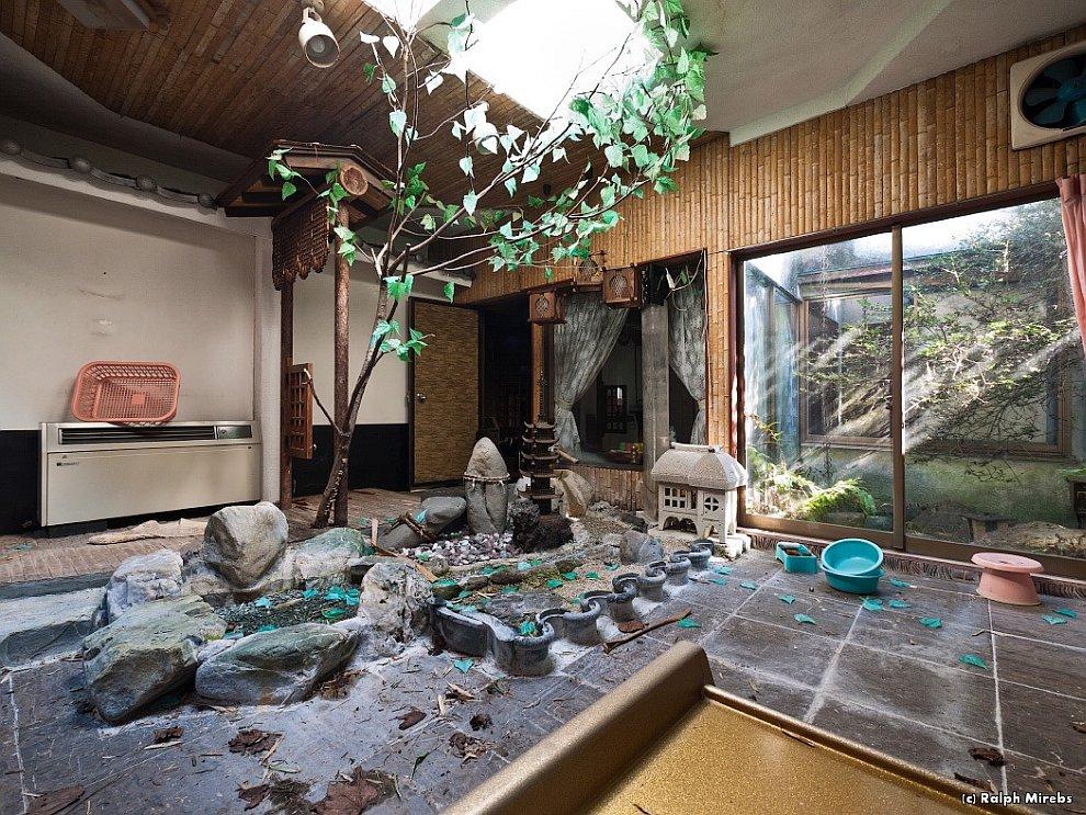 Прогулка по заброшенному отелю в Японии