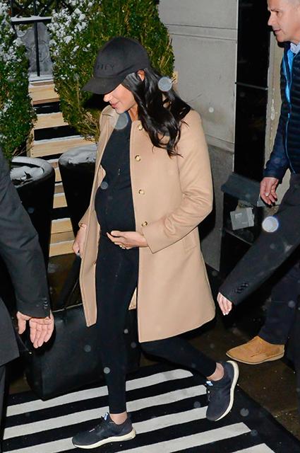 Меган Маркл отправилась в аэропорт Нью-Йорка: новые фото герцогини Монархии