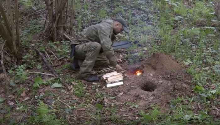 Разжигаем костер. /Фото: youtube.com.
