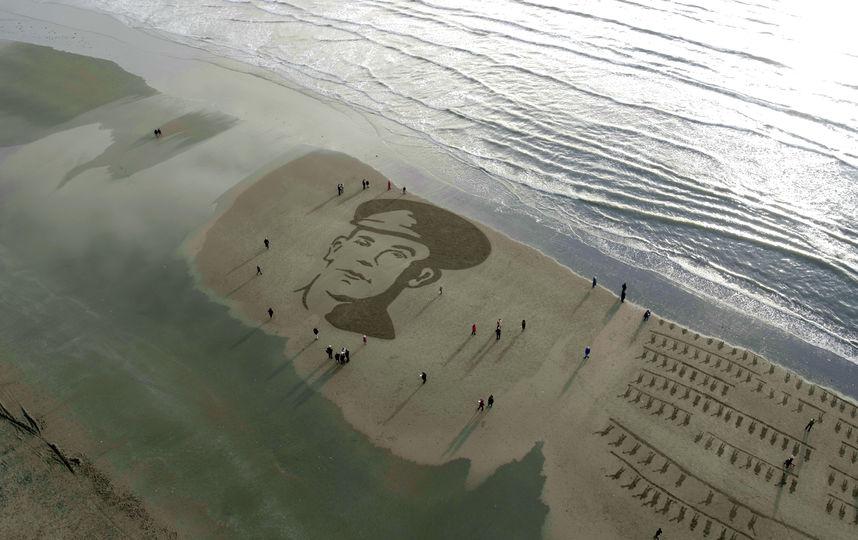 На пляжах Британии появились песчаные портреты павших солдат