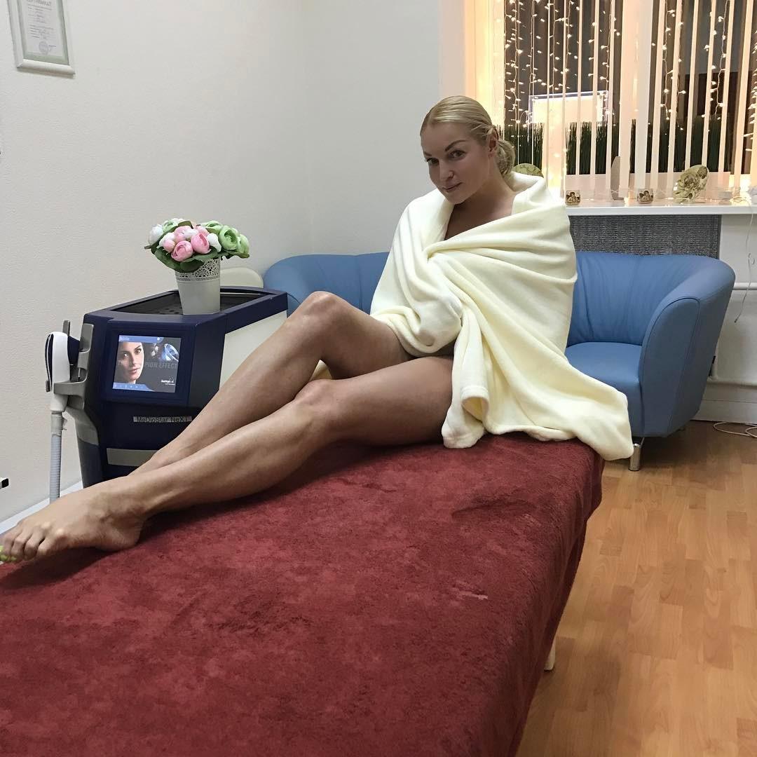 Волочкова сняла на видео мохнатую киску в синих трусах