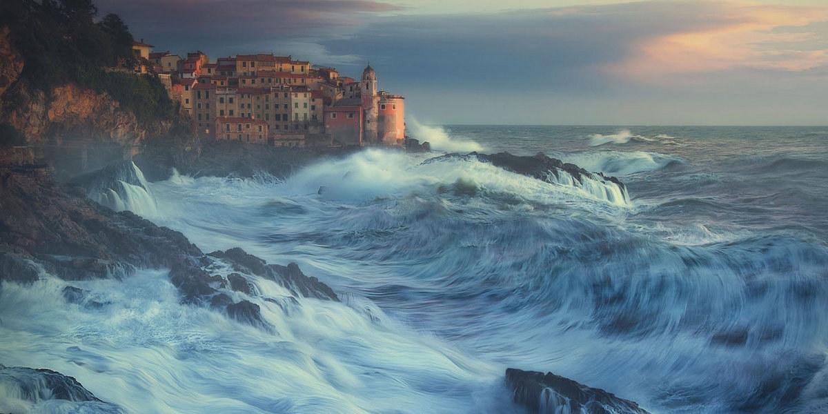 Город Специя на побережье разбушевавшегося Лигурийского моря в Италии