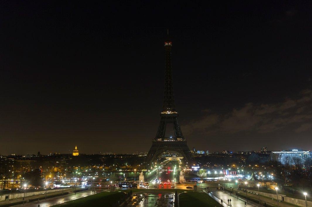 В Париже погасят Эйфелевую б…