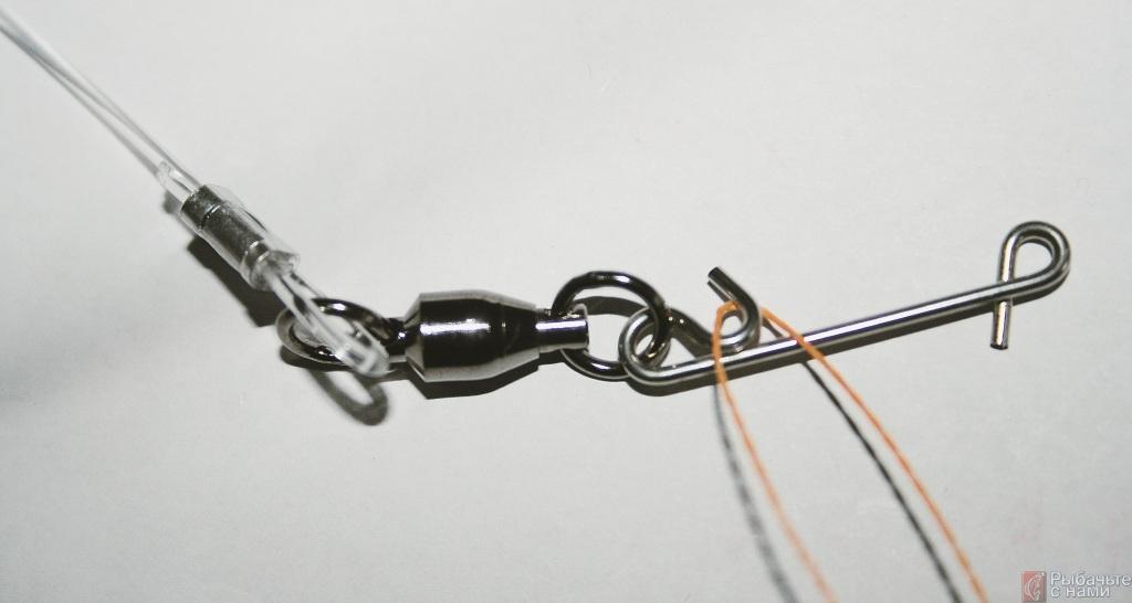 Закрепите монофильный поводок на вертлюжке с помощью щипцов и второй обжимной трубочки.