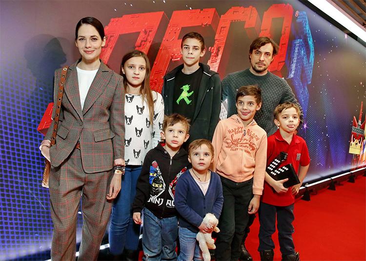 """Евгений Цыганов впервые рассказал, как и чем живут восемь его детей: """"Любой может заявить, что он – любимчик"""" Дети,Дети знаменитостей"""