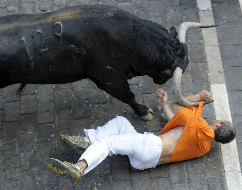 30. Лучше не связываться с быками беда, везение, катастрофа, люди, мир, опасность, удача, фото