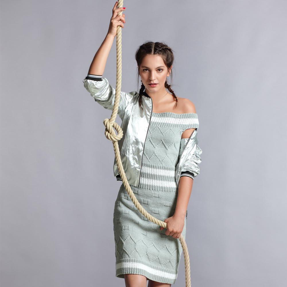 Платье с открытыми плечами спицами