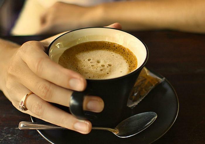 Пить кофе на голодный желудок.