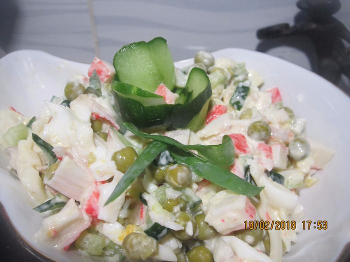 Салат с кальмарами и крабовыми палочками.