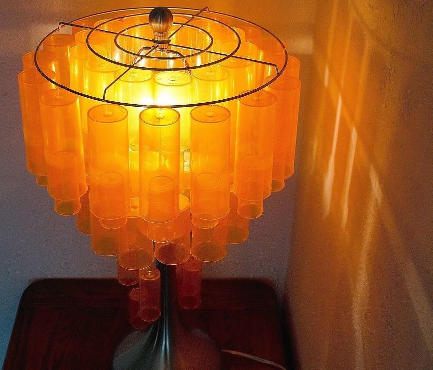 Она украсила этот светильник флаконами из-под лекарств дизайн, лампа, мастерство, переработка, свет, творческий подход, фото, экология