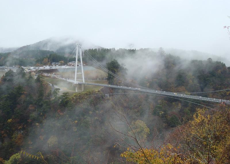 10 головокружительных подвесных мостов