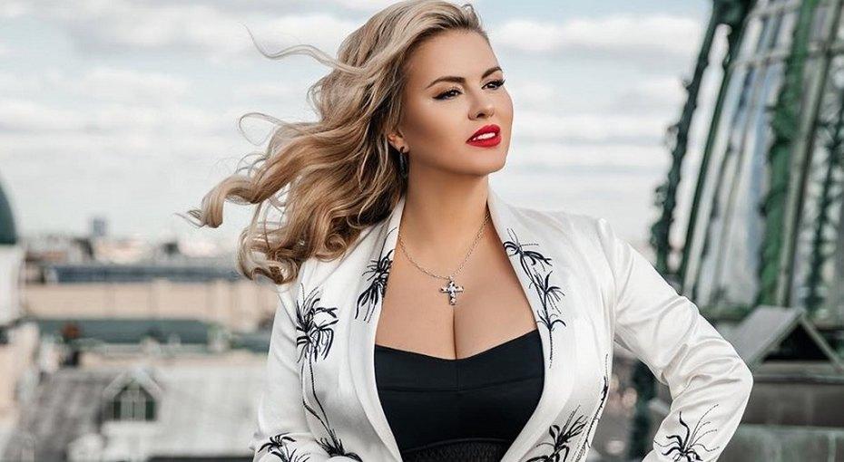 «Колюсь я нечасто»: 39-летняя Анна Семенович поделилась секретами красоты