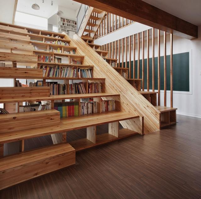 Книжные полки, спрятанные в ступенях лестницы.