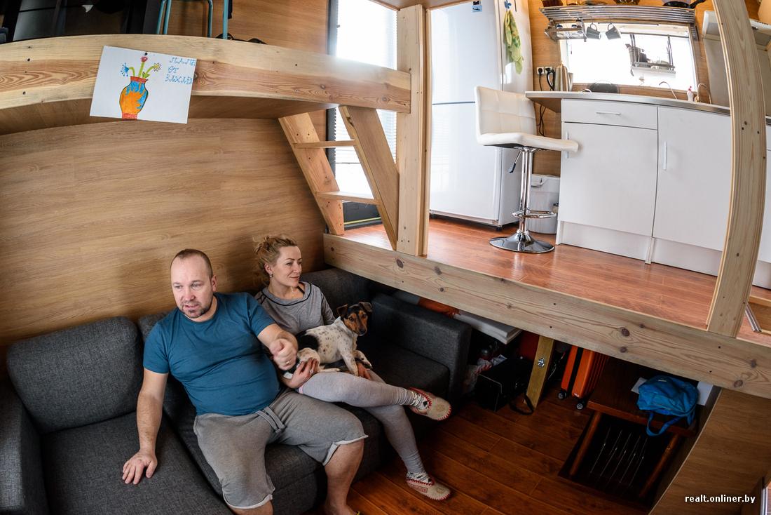 Втроем на 16 квадратных метрах. Семья живет в микродоме под Минском