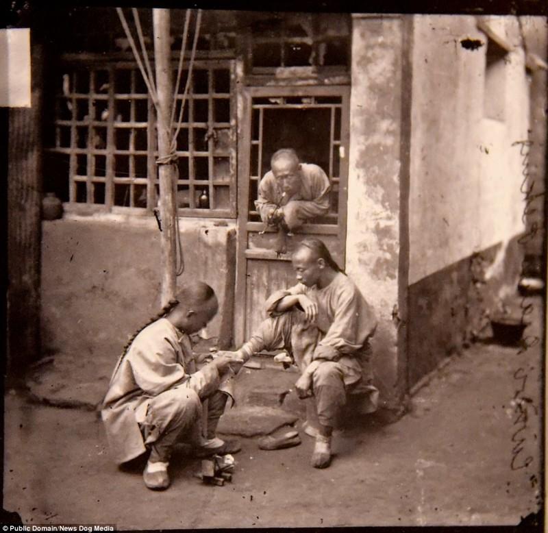 Врач осматривает ногу пациента на улице Пекина, 1869 год Цин, китай, фотография, эпоха