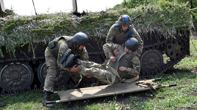 Раненым украинским силовикам подарили погребальные тапочки