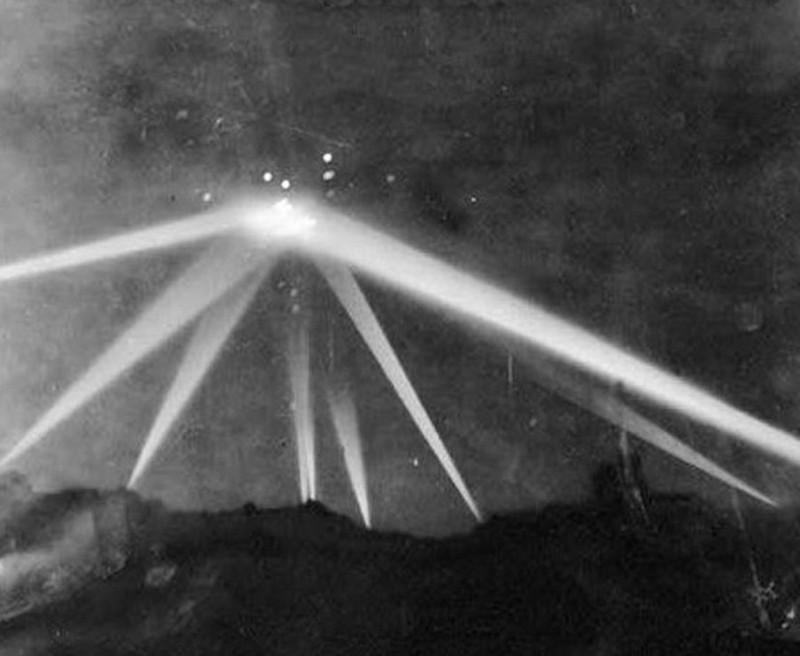 """Загадочная фотография, сделанная во время """"битвы"""" за Лос-Анджелес во Вторую мировую войну, 1942 год. В то время было очень много фотографий НЛО. было, история, фото"""