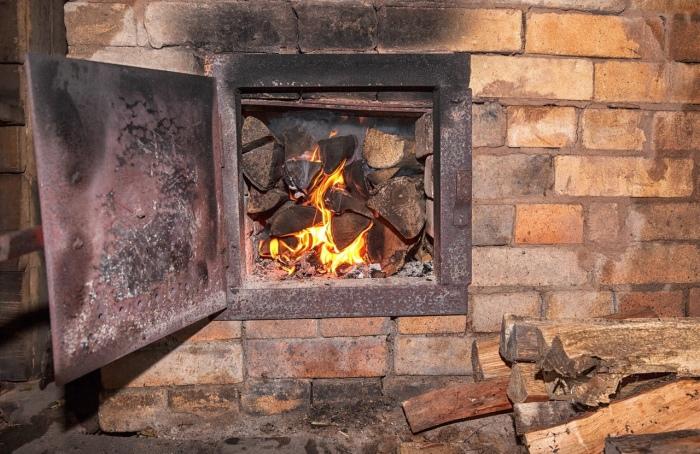 Печка беспощадно дымит: 7 распространенных проблем и способы их решения