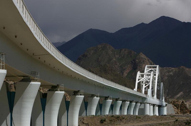 За семь лет функционирования по дороге было перевезено более 63 миллионов пассажиров и 300 миллионов тонн грузов. Годовой пассажирооборот увеличился с 6,5 миллиона человек в 2006 году, когда магистраль была сдана в эксплуатацию, до 11 миллионов человек в 2012 году, годовой грузооборот возрос с 25 миллионов тонн в 2006 году до 56 миллионов тонн в 2012 году. Уже сейчас очевидно, что новая железная дорога значительно активизировала экономическое развитие Тибета и соседней провинции Цинхай.