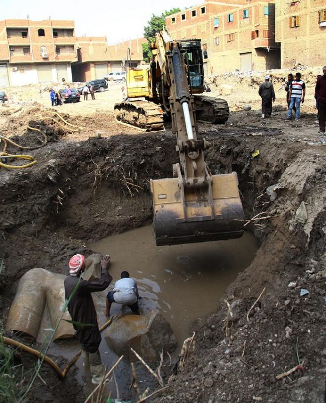 Археологи вели раскопки и когда экскаватор наткнулся на что-то твердое были просто поражены невероятной находкой