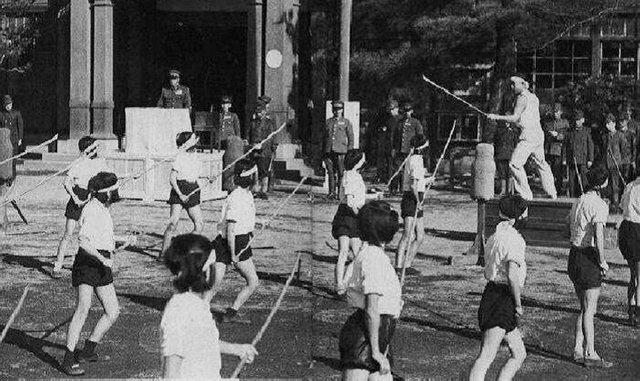 4. Японские школьницы тренируются с бамбуковыми копьями, готовясь к вторжению США, 1940 год архив, исторические фото, фото, фото из прошлого