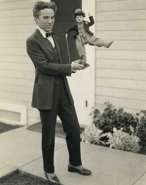 8. Чарли Чаплин в 1918 году со своей куклой архив, исторические фото, фото, фото из прошлого