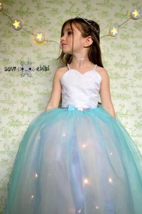 """Светящийся наряд для маленькой принцессы! Новогодняя гирлянда """"Снежок""""."""