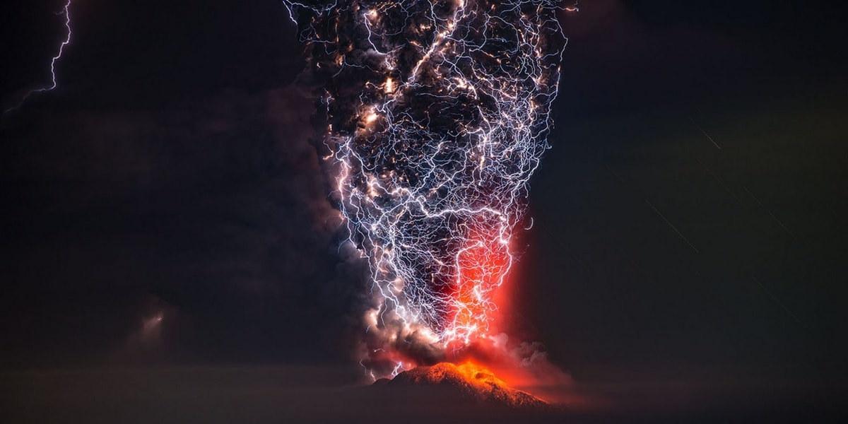 Извергающийся вулкан Кальбуко в Чили