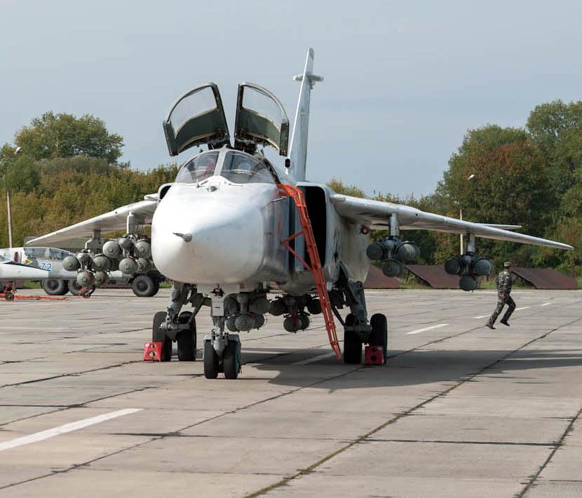 Воздушные силы Украины - Су-24 из состава 7-й авиабригады.