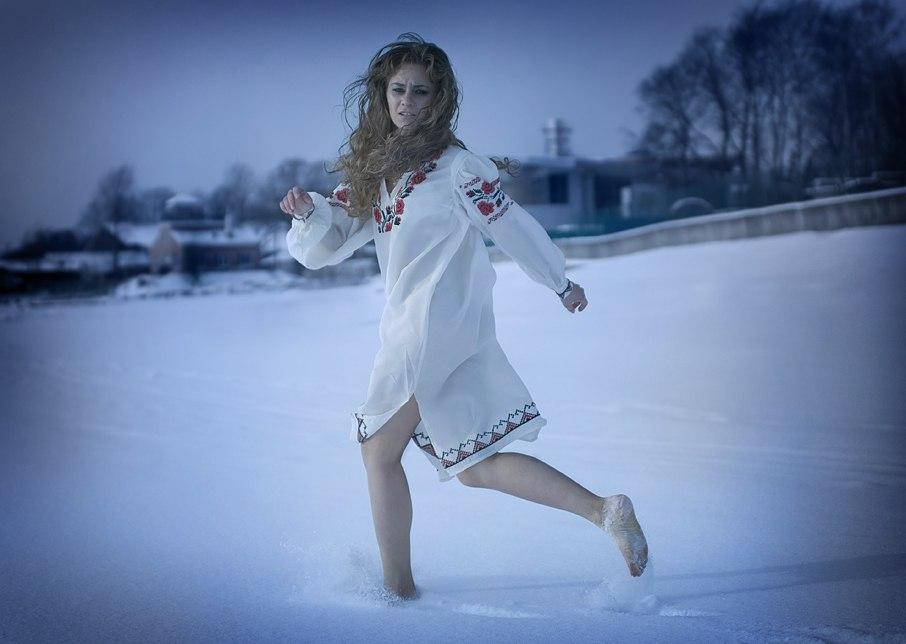 Видеть, что снега много, идти по нему босиком, ощущая, что ноги проваливаются в мягкую пушистую массу — вам может потребоваться моральная поддержка.