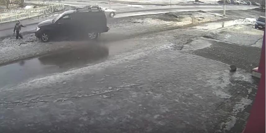 Водитель сбил ребенка, стрелявшего из игрушечного автомата по машинам