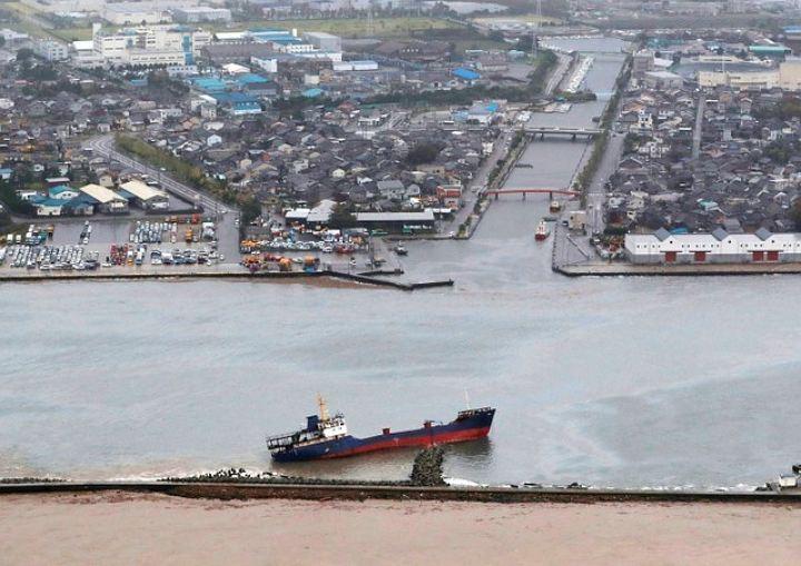 """Тайфун """"Саола"""" привел к отмене 55 внутренних авиарейсов в Японии"""