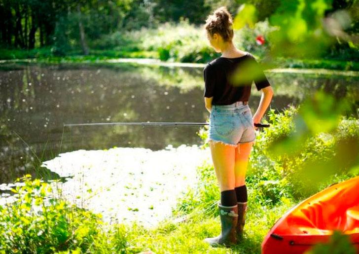 Девушка, а вы одна здесь рыбачите?