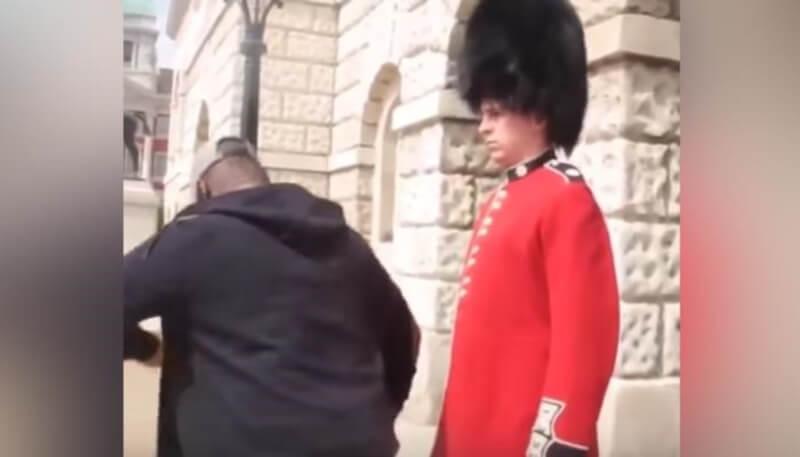 Мужчина из Королевской Гвардии проучил наглого пешехода, который издевался над ним