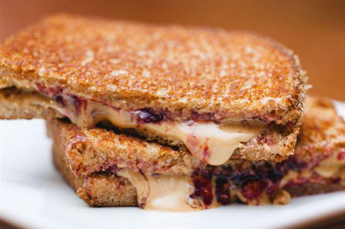 Вкусный сендвич на завтрак.