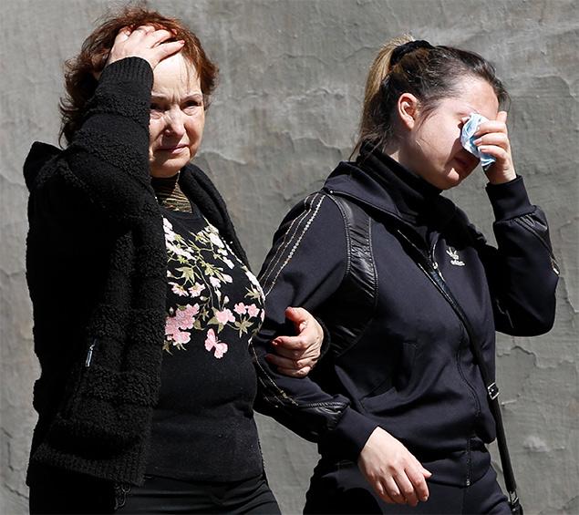 Родственники убитого милиционера оплакивают свою утрату.