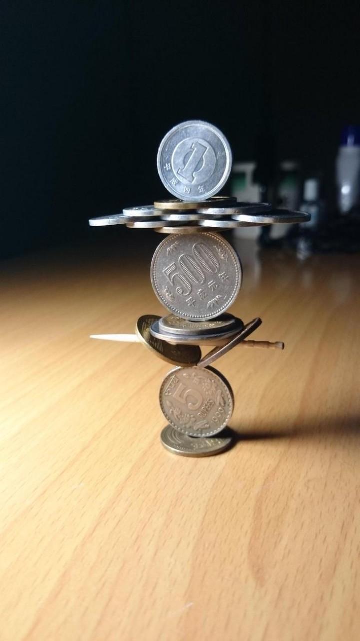 Балансирующие скульптуры из монет