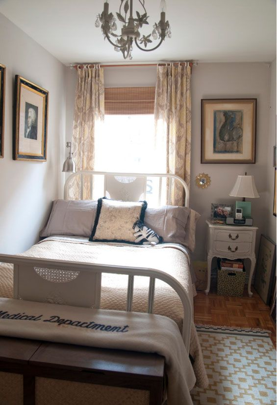 Кровать изголовьем к окну и возле стены - единственный возможный способ сделать комнату комфортнее