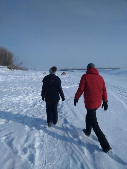 Кто-то выбросил больного пса на речной лёд… Бедолага примёрз, пришлось рыбакам оттаивать его огнём