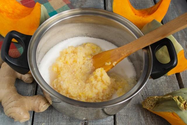 Добавляем имбирно-лимонное пюре в кастрюлю с сахарным песком и нагреваем