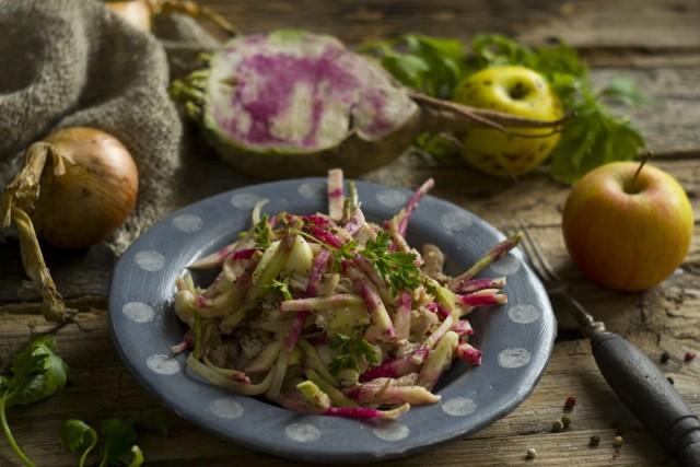 Вкусный и полезный салат из редьки с курицей