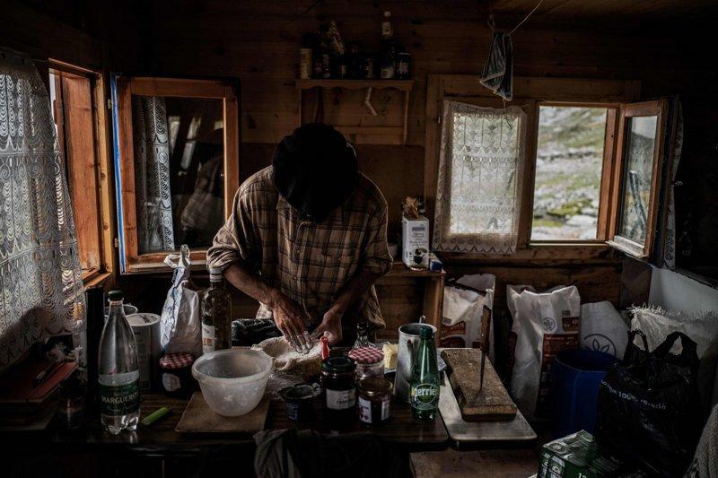 В наши дни во Франции насчитывается около 1000 пастухов. Уединённая жизнь по-прежнему привлекает молодых людей, ищущих перемен, но немногие остаются на несколько сезонов Альпы, жизнь, пастух, работа