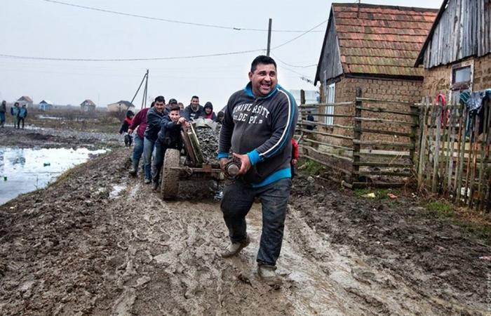 Закарпатские цыгане решили вырваться «из ада» и сами построили дорогу