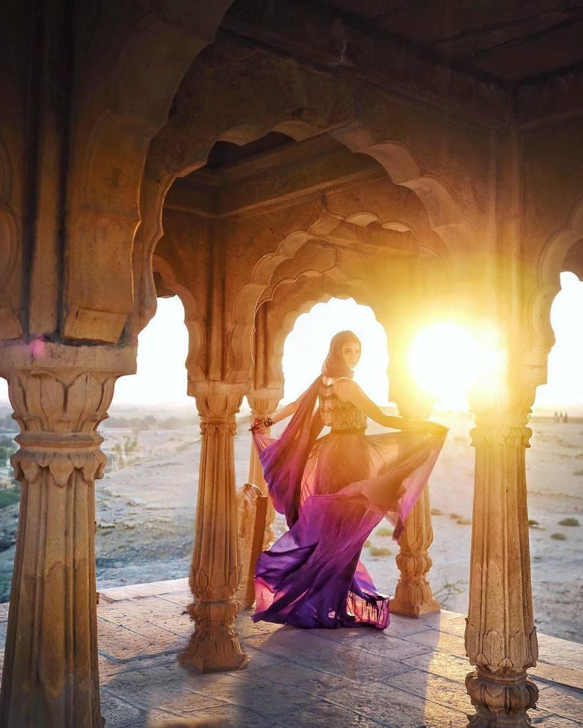 Девушка путешествует по миру в чудесных платьях и делает фото в самых красивых местах
