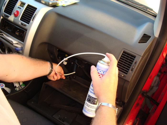 Как самому почистить кондиционер в машине, чтобы не пришлось ехать на СТО