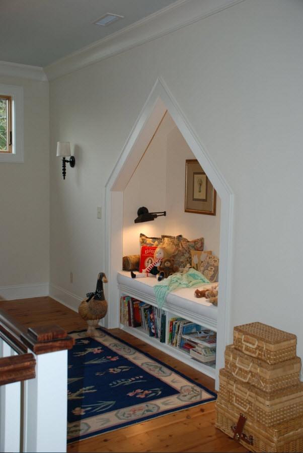 Лежак с книжными полками